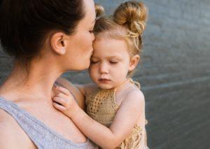就学前の子どもを育てるひとり親の9人に1人が苦しんでいると分析した論文とシングルマザーを支える団体を紹介します!